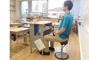 教室内では先生がアーユル ・チェアーを使用